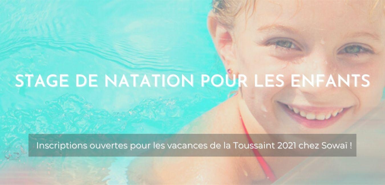 """Enfant nageant dans la piscine à Sowaï, accompagnée du texte suivant : """"stage de natation pour les enfants : Inscriptions ouvertes pour les vacances de la Toussaint 2021 chez Sowaï !"""""""